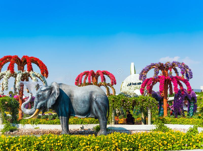 DUBAI, EMIRATOS ÁRABES UNIDOS - 13 DE DEZEMBRO DE 2018: Escultura do elefante no jardim do milagre de Dubai fotos de stock