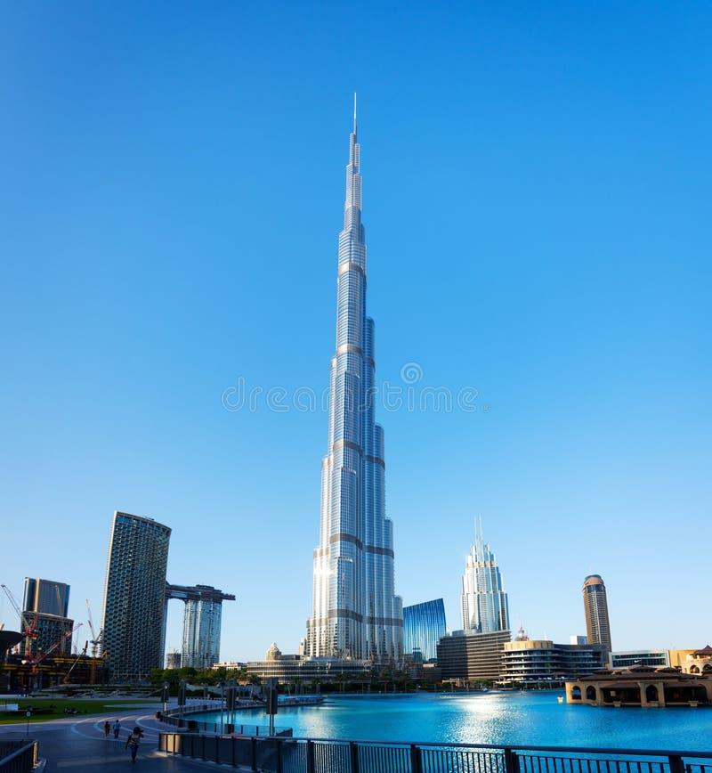 Dubai, Emiratos Árabes Unidos - 11 de dezembro de 2018: Opinião de Burj Khalifa sobre a fonte de Dubai do parque de Burj fotos de stock