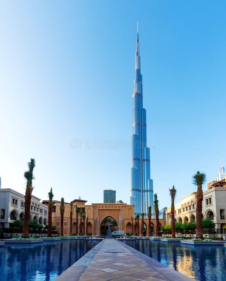 Dubai, Emiratos Árabes Unidos - 11 de dezembro de 2018: Opinião de Burj Khalifa sobre o hotel do centro do palácio imagens de stock royalty free