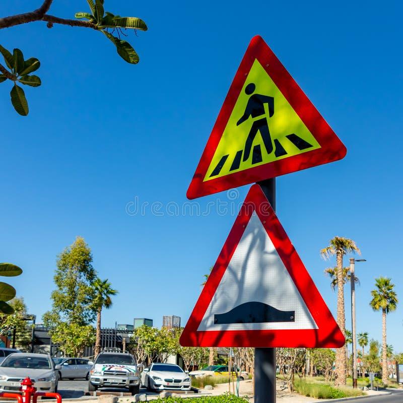 Dubai, Emiratos Árabes Unidos - 12 de dezembro de 2018: Sinal de estrada do cruzamento pedestre e da colisão de velocidade fotografia de stock