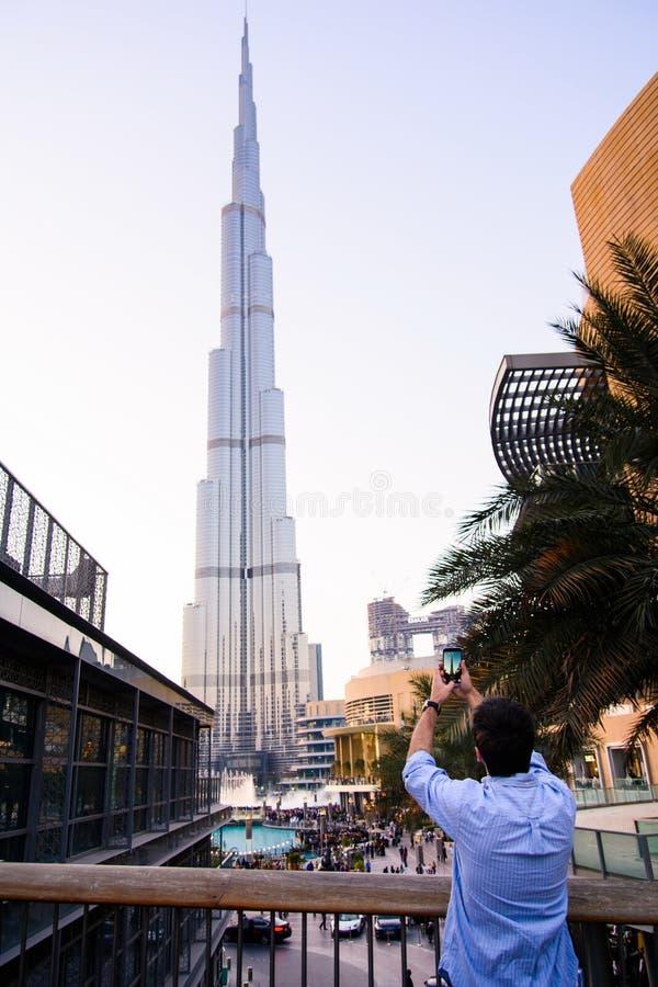 DUBAI, EMIRATOS ÁRABES UNIDOS - 5 DE FEVEREIRO DE 2018: Turista que toma p imagem de stock royalty free