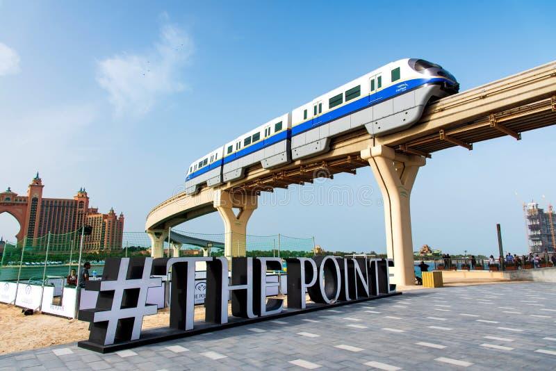 Dubai, Emiratos Árabes Unidos - 25 de janeiro de 2019: Corredor do trem acima do destino do jantar e do entretenimento da margem  foto de stock