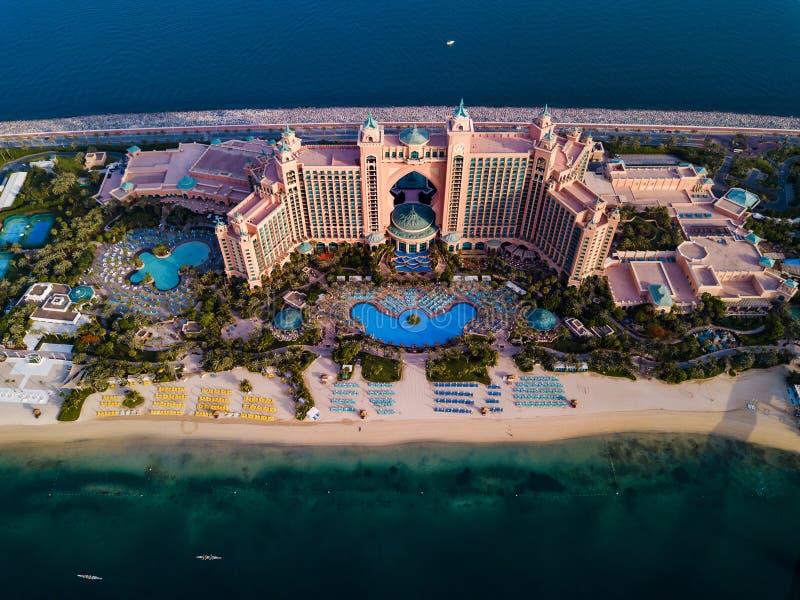Dubai, Emiratos Árabes Unidos - 5 de junho de 2019: Hotel de Atlantis na ilha de palma na opinião aérea de Dubai foto de stock