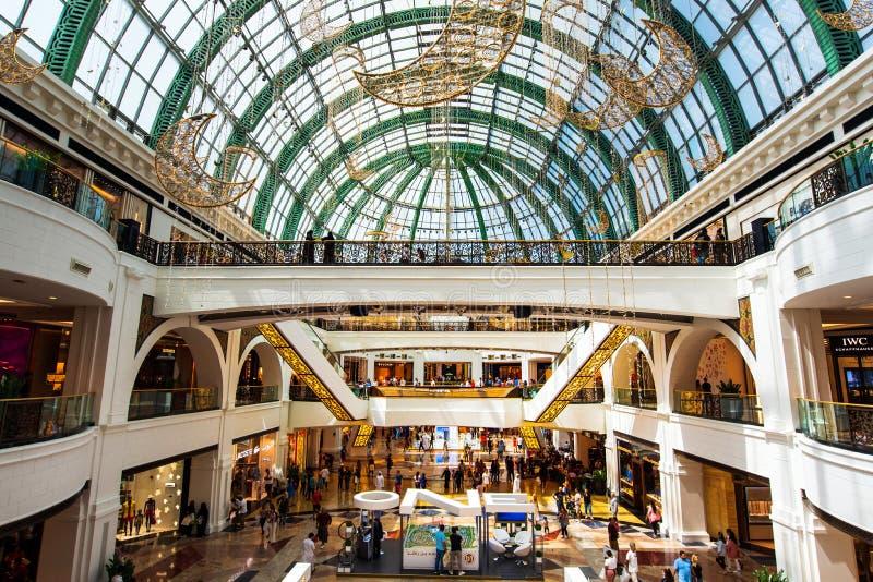 Dubai, Emiratos Árabes Unidos - 3 de junho de 2018: Interior da alameda dos emirados, um dos shopping os maiores em Dubai, fotos de stock royalty free