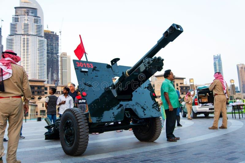 Dubai, Emiratos Árabes Unidos - 18 de maio de 2018: Ramadan Canon na frente da fonte da alameda de Dubai para sinalizar rapidamen fotos de stock royalty free