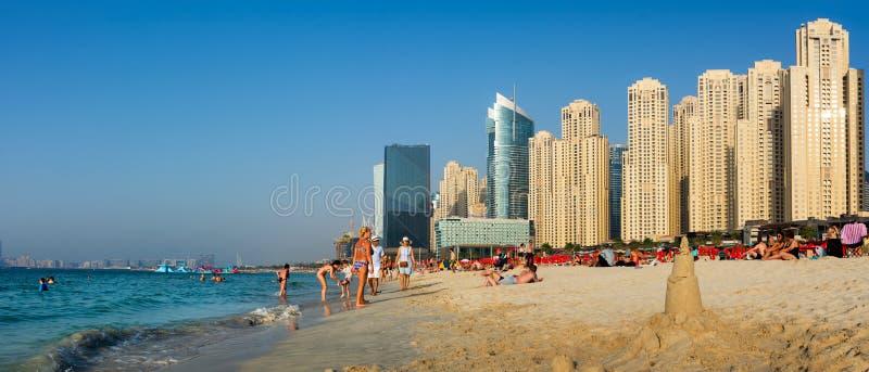Dubai, Emiratos Árabes Unidos - 8 de março de 2018: JBR, praia de Jumeirah fotos de stock