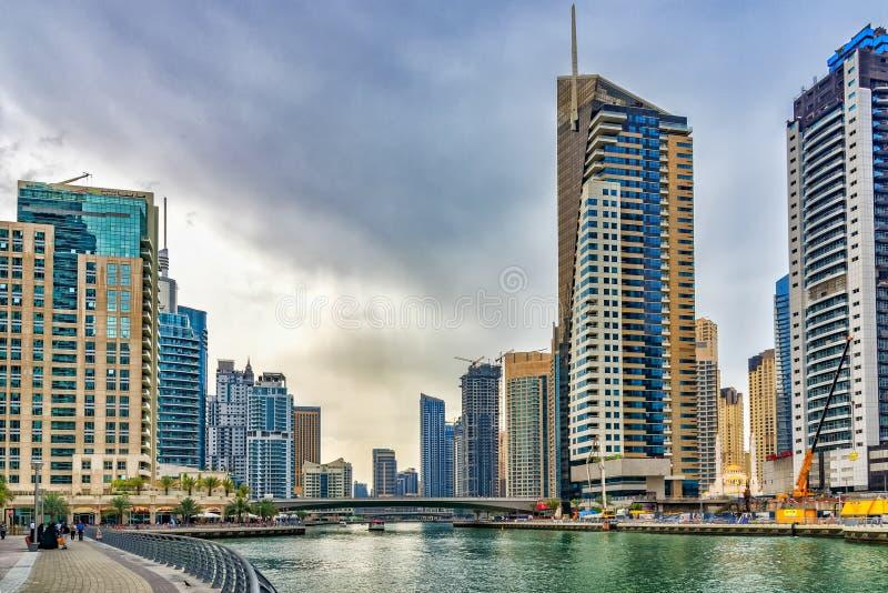 Dubai Emiratos Árabes Unidos Ideia do centro surpreendente da cidade, com seus muitos terraços, as pontes os barcos, os arranha-c imagens de stock