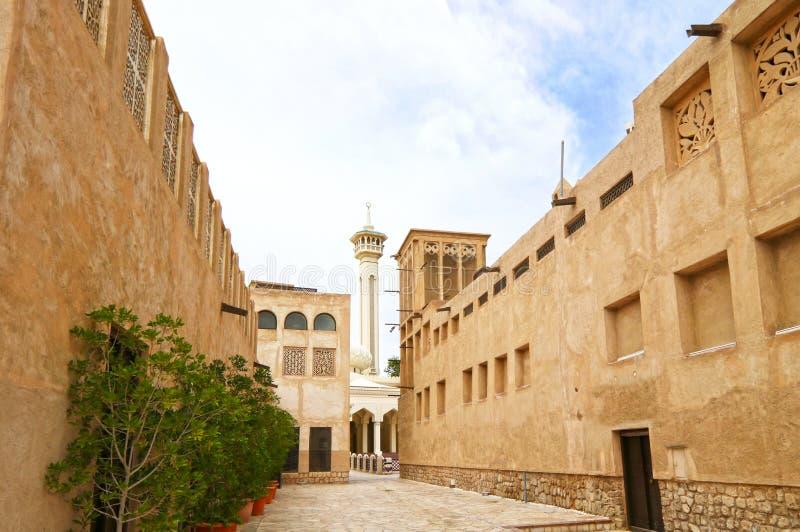 Dubai, Emiratos Árabes Unidos, o 1º de abril de 2016, Al Fahidi Historical e a vizinhança velha de Dubai Souq, uma da parte a mai imagens de stock