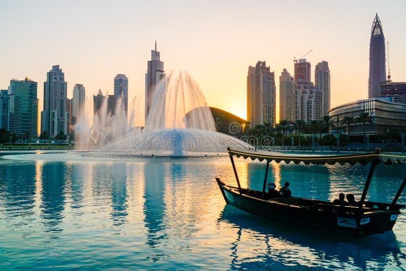 dubai En el verano de 2016 Dhow árabe en el fondo de la fuente del canto en la alameda de Dubai fotos de archivo libres de regalías