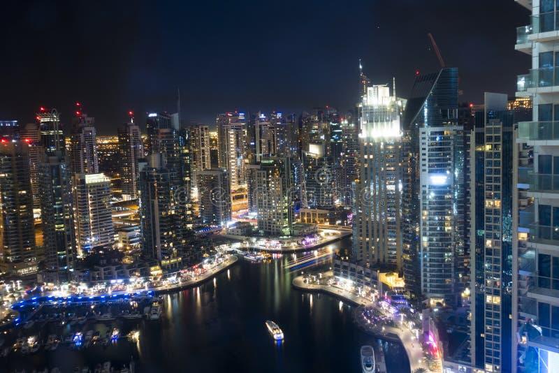 Dubai enig arabisk emirat, nattskott från skyskrapa royaltyfria bilder