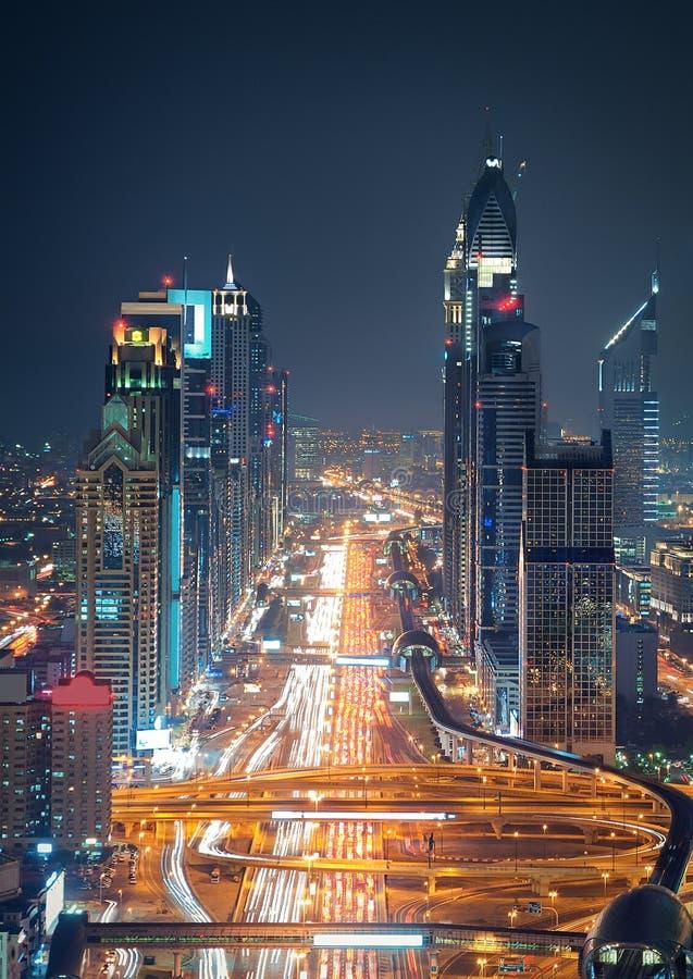 Dubai för fantastisk natt som i stadens centrum horisont och väg leder till Abu Dhabi, Dubai, Förenade Arabemiraten arkivbild