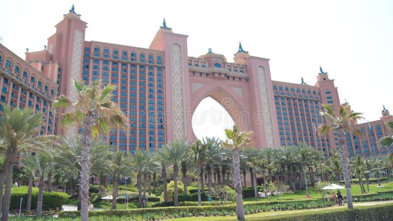 DUBAI FÖRENADE ARABEMIRATEN - APRIL 2nd, 2014: Det berömda Atlantis för världen hotellet på Jumeirahen gömma i handflatan ön royaltyfria bilder