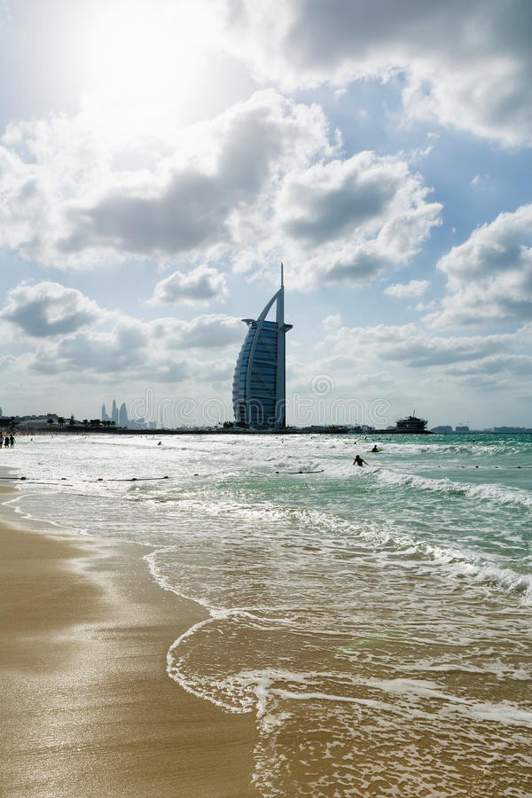 DUBAI FÖRENADE ARABEMIRATEN - DECEMBER 9, 2016: Cityscape av Burj Al Arab Hotel från den Jumeirah stranden royaltyfria bilder