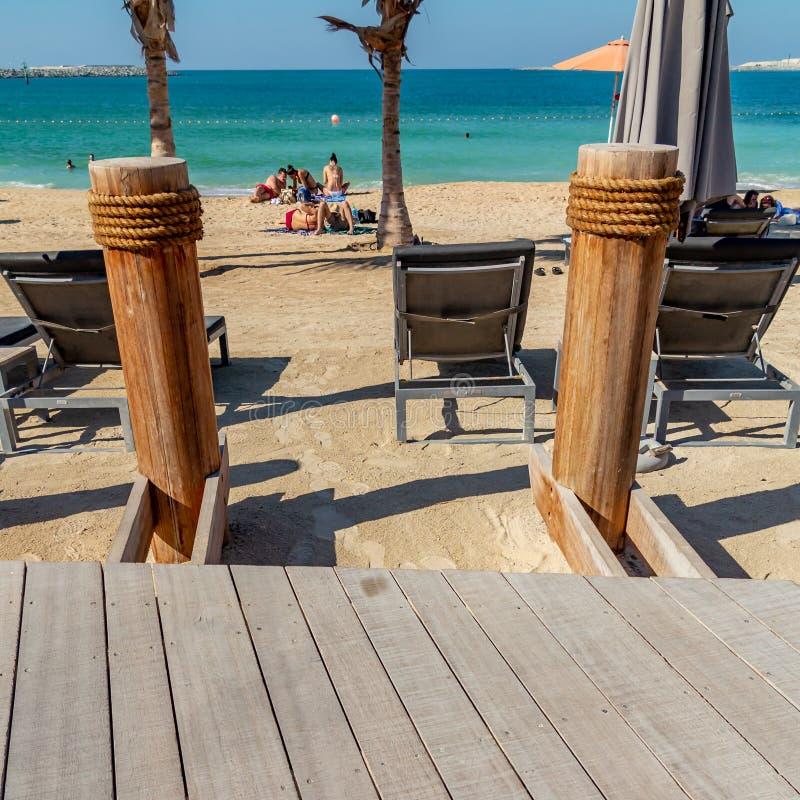 Dubai Förenade Arabemiraten - December 12, 2018: olika beståndsdelar av strandfaciliteter royaltyfri fotografi