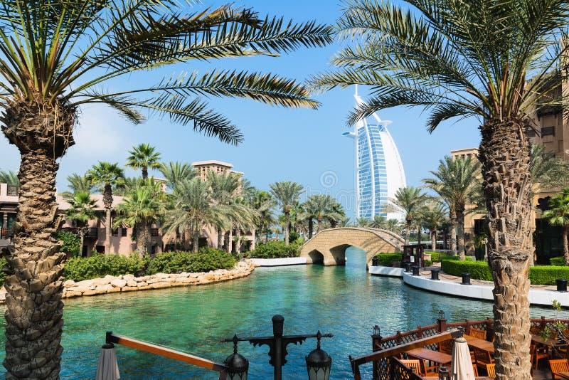 DUBAI FÖRENADE ARABEMIRATEN - DECEMBER 7, 2016: Sikt på det Burj Al Arab hotellet från Madinat Jumeirah den lyxiga semesterorten  fotografering för bildbyråer