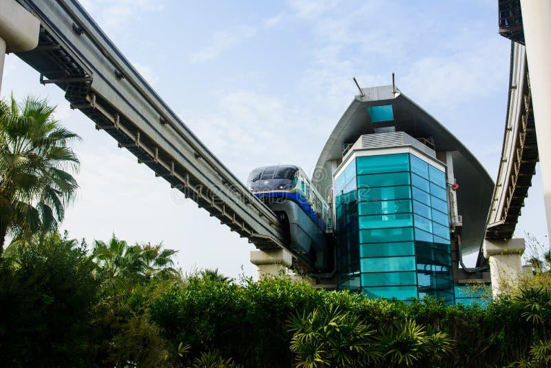 Dubai Förenade Arabemiraten - Februari 24, 2018: Drevet luta sig ner i stationen för det Atlantis enskenig järnvägdrevet på Palm  fotografering för bildbyråer