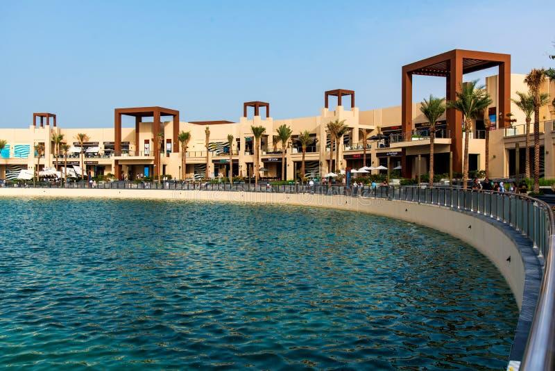 Dubai Förenade Arabemiraten - Januari 25, 2019: Destinationen för Pointe strandför äta middag och underhållning på gömma i handfl fotografering för bildbyråer