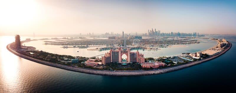 Dubai Förenade Arabemiraten - Juni 5, 2019: Det Atlantis hotellet och gömma i handflatan ön i Dubai den flyg- sikten arkivfoto