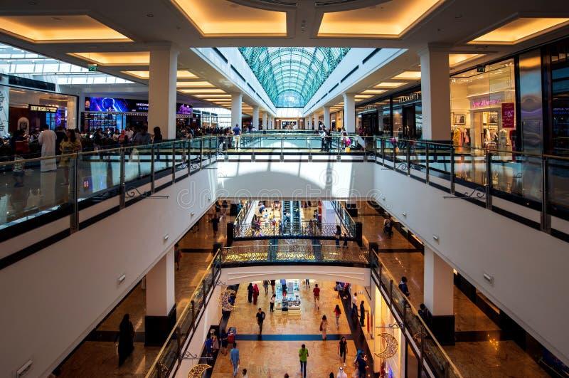 Dubai Förenade Arabemiraten - Juni 3, 2018: Inre av gallerian av emiraterna, en av de största shoppinggalleriorna i Dubai, royaltyfria bilder
