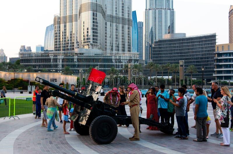 Dubai Förenade Arabemiraten - Maj 18, 2018: Ramadan Canon och soldater framme av Burj Khalifa och den Dubai galleriaspringbrunnen arkivbilder
