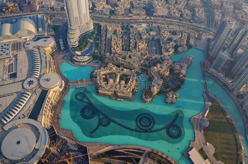 Dubai Förenade Arabemiraten - November 23, 2014: Härlig flyg- cityscape av den Dubai springbrunnen som beskådas från observations royaltyfri fotografi
