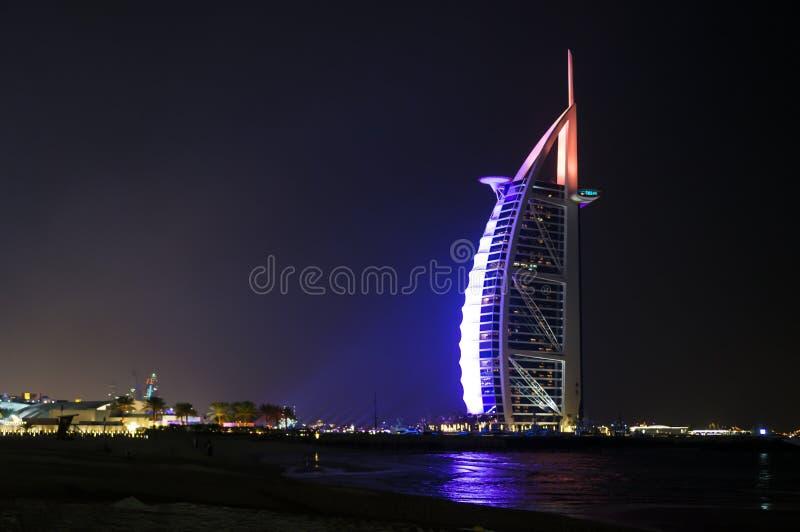 DUBAI FÖRENADE ARABEMIRATEN, UAE - JANUARI 19, 2018 Dubai Burj Al Arab på natten, för stjärnahotell för lyx 7 härlig byggnad royaltyfria foton
