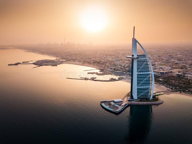 Dubai flyg- sjösidahorisont med sikt för lyxigt hotell på soluppgång royaltyfri fotografi