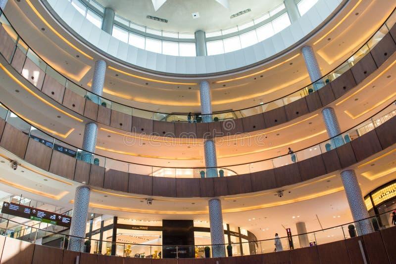 Dubai galleriaköpcentrum inom nivåsikt royaltyfri foto