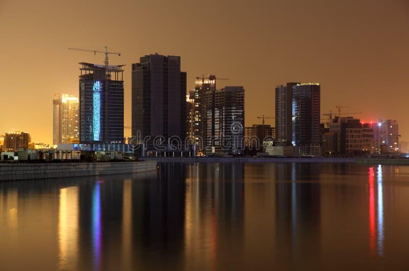 Dubai-Geschäfts-Schacht nachts stockfoto