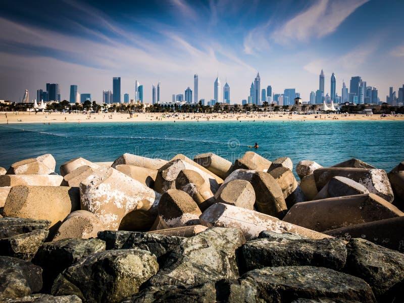 Dubai horisont från den Jumeirah stranden arkivbilder