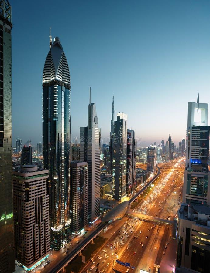 Dubai horisont i solnedgångtid arkivbilder