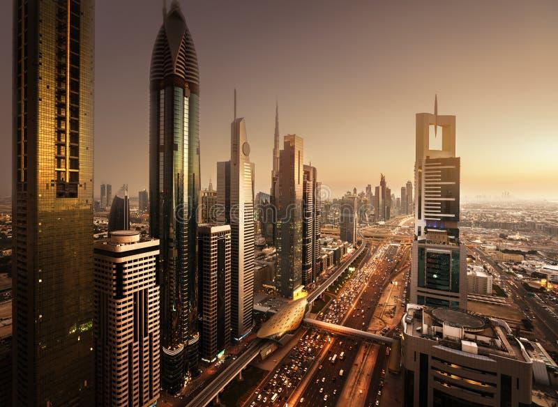 Dubai horisont i solnedgångtid royaltyfri fotografi