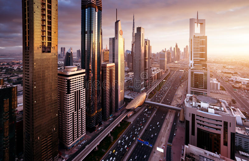 Dubai horisont i solnedgångtid royaltyfria foton