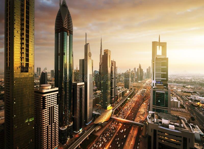 Dubai horisont i solnedgångtid arkivfoto