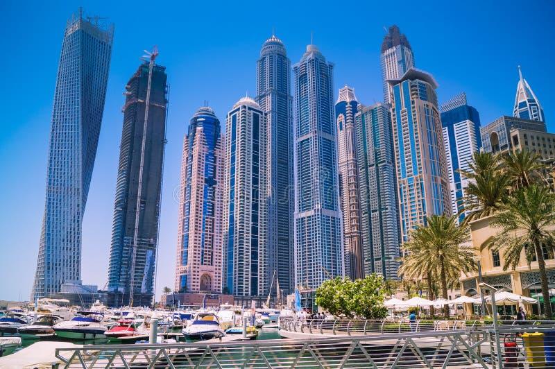Dubai horisont med skyskrapor på marina arkivfoton