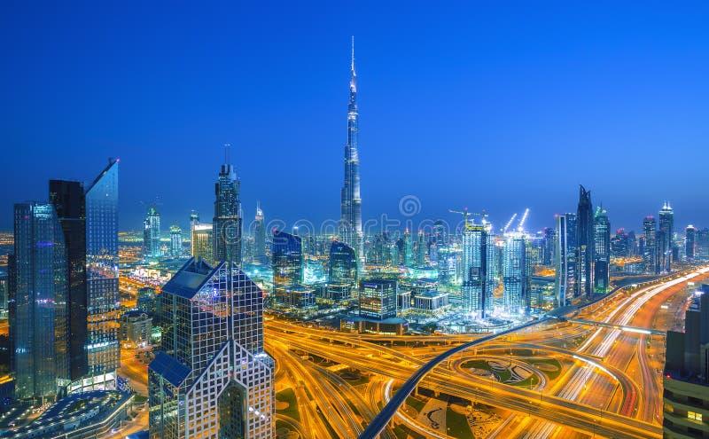 Dubai horisont på solnedgången med härlig centrumljus- och Sheikh Zayed vägtrafik, Dubai, Förenade Arabemiraten royaltyfri fotografi