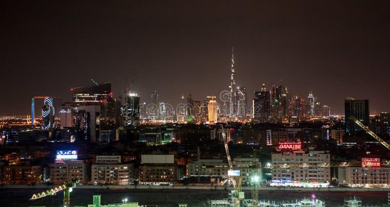 Dubai i city som är nightsky med Burj Khalifa och andra torn, beskådar uppifrån i Dubai, Förenade Arabemiraten staden t?nder natt arkivbilder