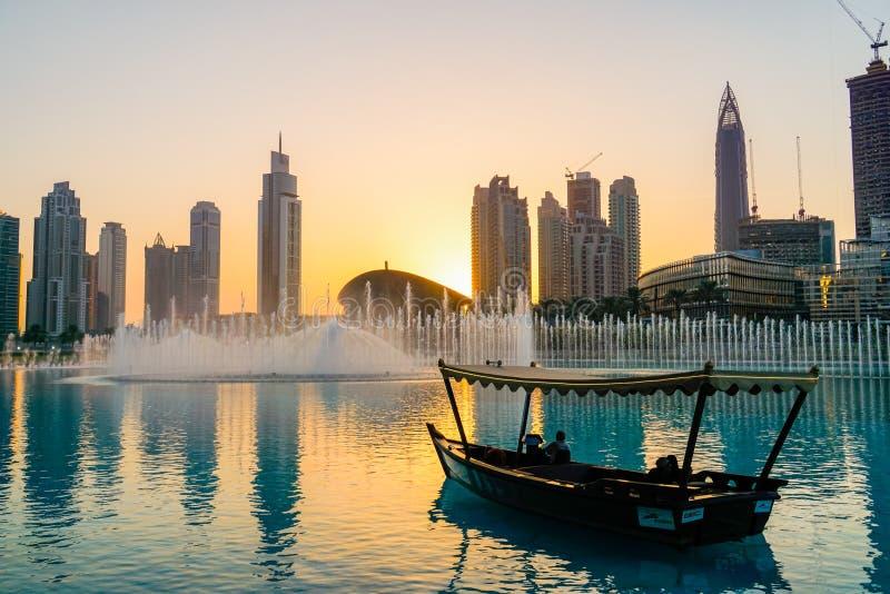 Dubai I sommaren av 2016 Arabisk Dhow på bakgrunden av den sjungande springbrunnen i den Dubai gallerian royaltyfria bilder
