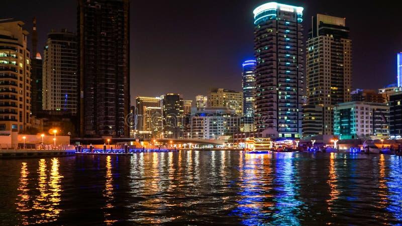 Dubai I sommaren av 2016 Härliga nattljus av den ultramodern Dubai marina på kusterna av den arabiska golfen royaltyfri foto