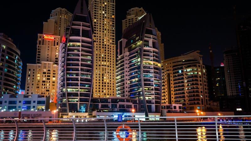 Dubai I sommaren av 2016 Härliga nattljus av den ultramodern Dubai marina på kusterna av den arabiska golfen royaltyfria bilder