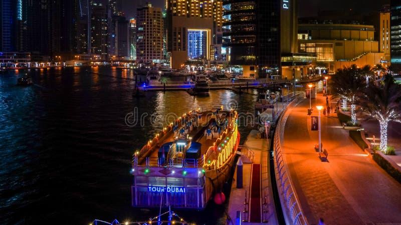Dubai I sommaren av 2016 Härliga nattljus av den ultramodern Dubai marina på kusterna av den arabiska golfen arkivfoto