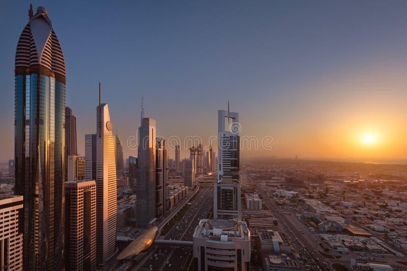 Dubai i stadens centrum horisont in mot inställningssolen royaltyfria bilder