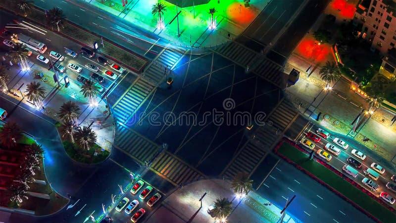 Dubai i stadens centrum natt till dagövergångstimelapse med den modern skyskrapor, gallerian och trafik på vägen för soluppgång T arkivbilder