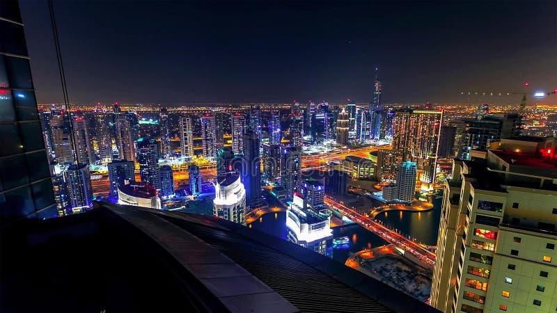 Dubai i stadens centrum natt till dagövergångstimelapse med den modern skyskrapor, gallerian och trafik på vägen för soluppgång T fotografering för bildbyråer