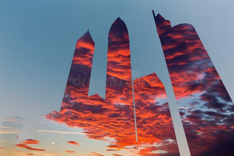 Dubai - illustration- och pohtomontagen av skyskrapor och aftoncloudscape arkivfoto