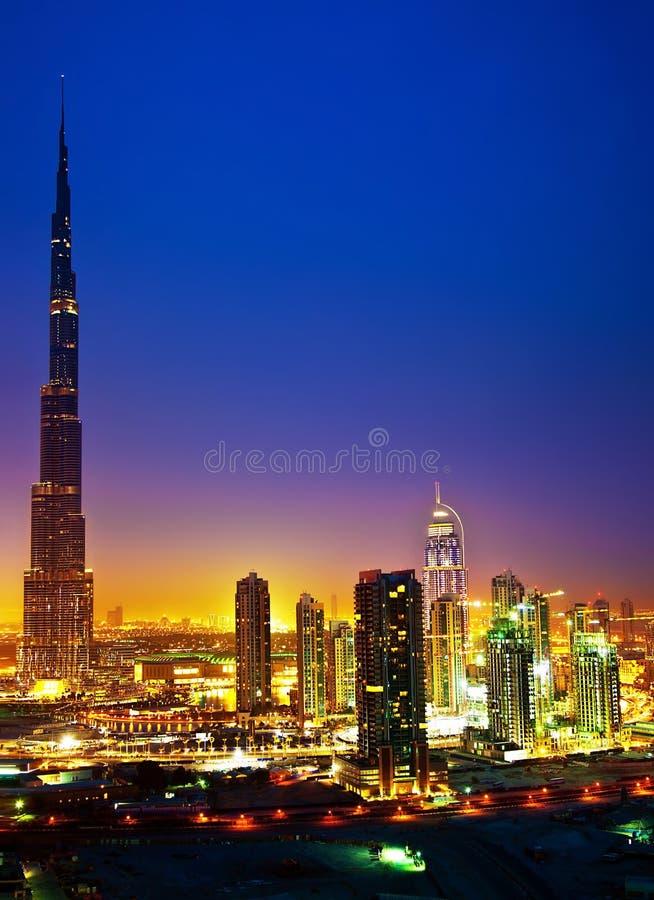 Dubai im Stadtzentrum gelegen nachts lizenzfreie stockfotos
