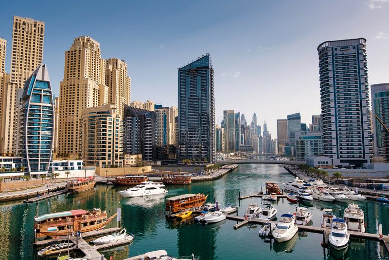 Dubai-Jachthafen mit Booten und Gebäude mit Toren, Arabische Emirate stockbild
