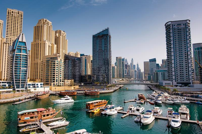 Dubai-Jachthafen mit Booten und Gebäude mit Toren stockbild