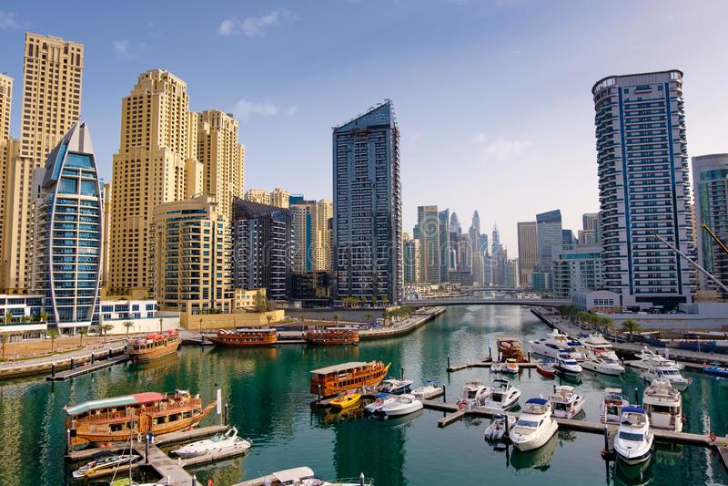 Dubai-Jachthafen mit Booten und Gebäuden, Arabische Emirate stockfotos