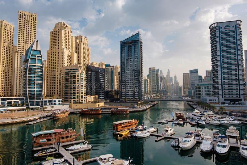 Dubai-Jachthafen mit Booten und Gebäuden lizenzfreies stockfoto